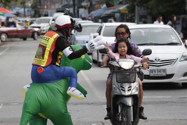 泰国交警超有爱 每天扮卡通人物鼓励孩子上学