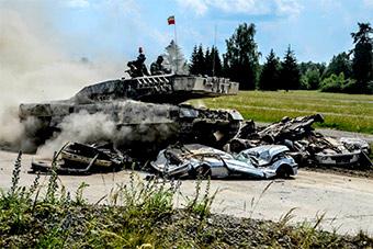 欧洲版坦克大赛很精彩:坦克把汽车碾成铁皮