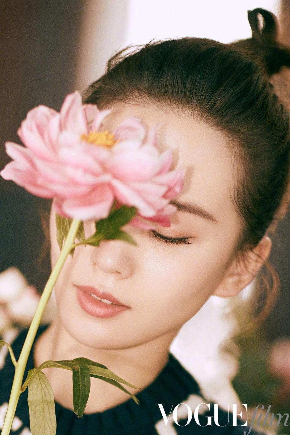 人比花娇!刘诗诗拍时尚大片与花斗艳书本遮面气质温婉