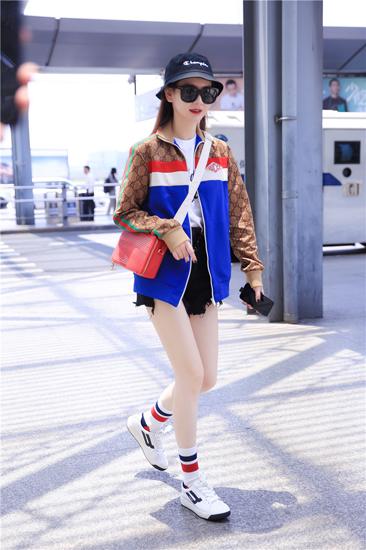 戚薇机场街拍穿校服外套 网友:一秒回校园