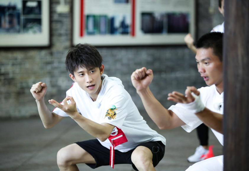 《高能》王俊凯弹跳破纪录 董子健单腿站技压众人