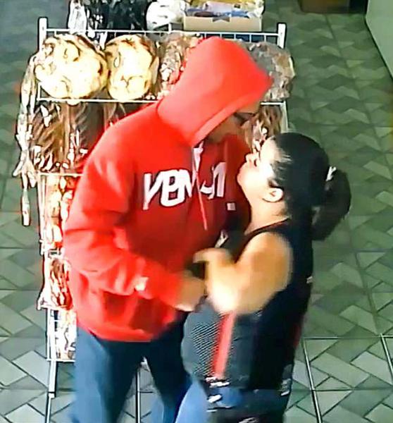 巴西一女子商店内为保护财产勇斗持枪歹徒