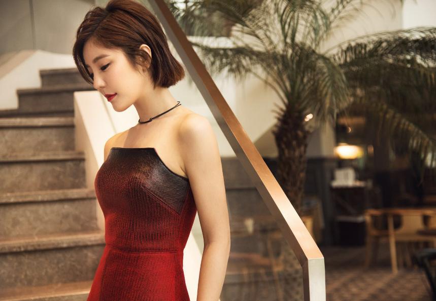 赵奕欢长裙气质高贵 手举红色高跟美得迷醉时光