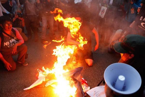 加拿大魁北克举行G7抗议活动 示威者焚烧七国集团旗帜