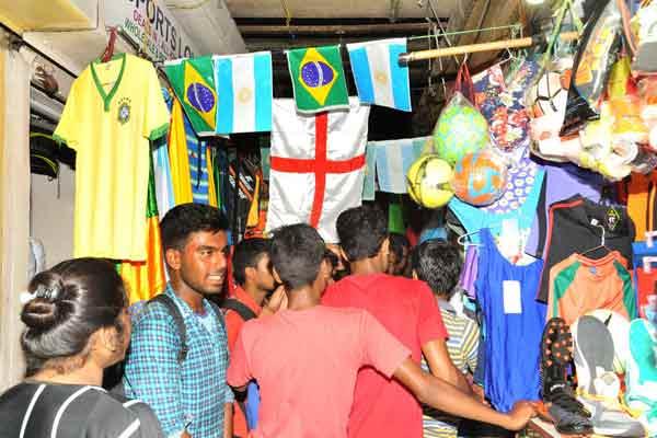 贫民窟里的足球梦!印度球迷小巷购买球队周边