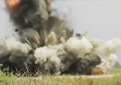 解放军远火部队射击:三枚火箭接连命中同一目标