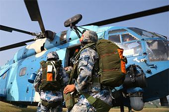 """真实版""""吃鸡"""":空降兵从直升机上一跃而下"""