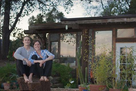 亲近大自然!美夫妇用废弃材料建原生态住所