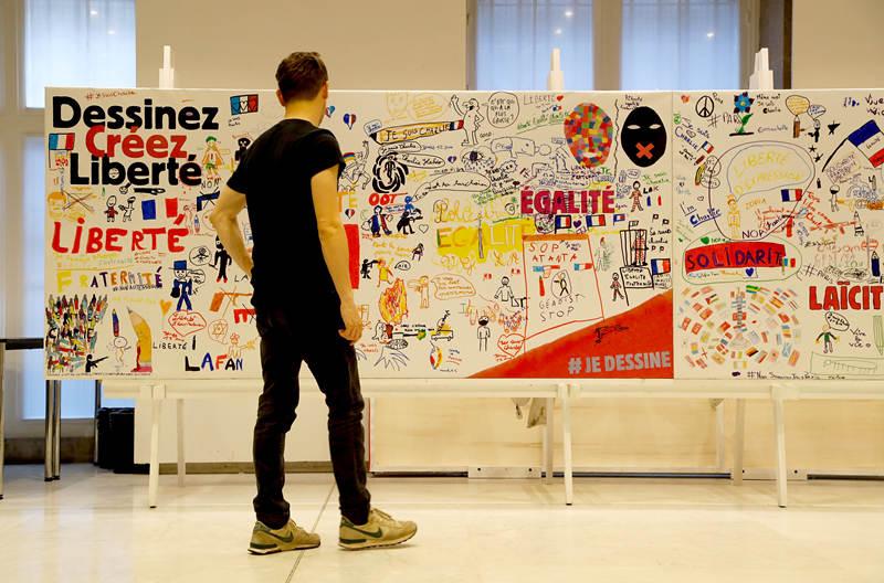 法国《查理周刊》向巴黎档案馆捐赠大量恐袭后资料
