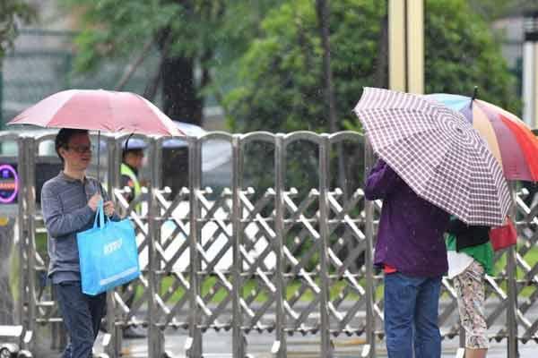 2018全国高考:家长雨中守候考生