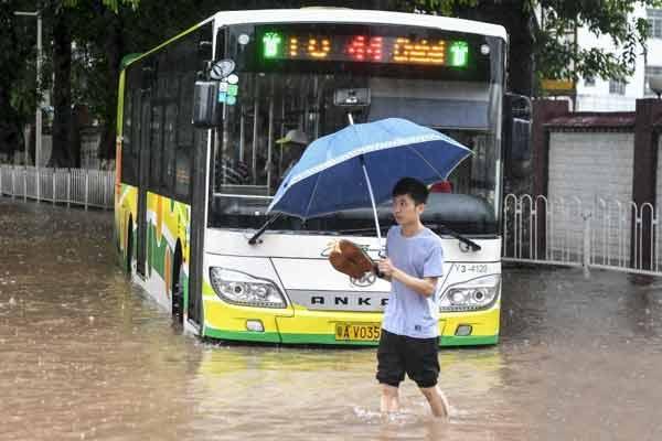 """台风""""艾云尼""""携暴雨袭击广州 市区多处成泽国"""