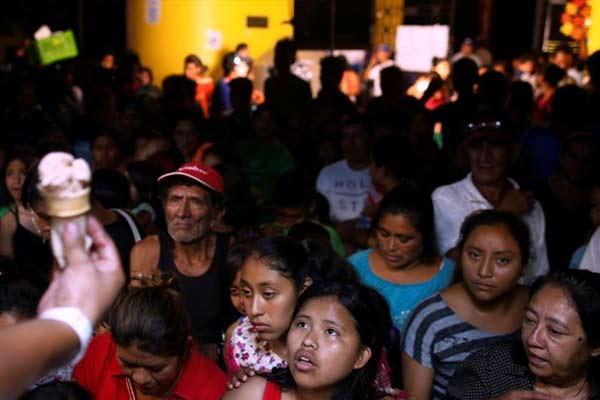 危地马拉火山喷发 民众避难所等候发放冰激凌