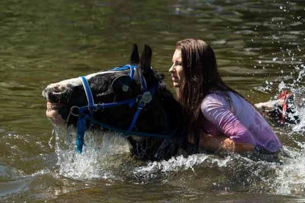 英国年度阿普比马展开幕 游客骑马涉水玩嗨