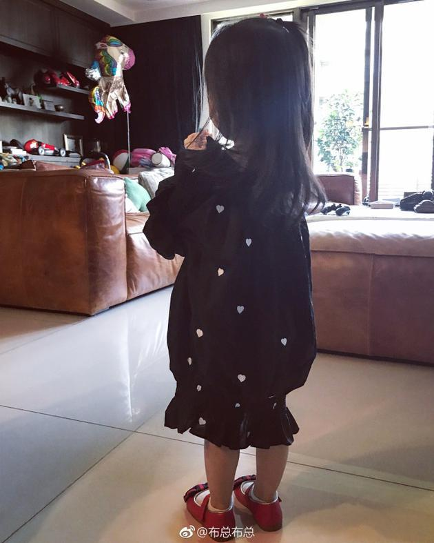 欧弟孕妻晒女儿臭美日常 赞jojo穿露肩衣优雅