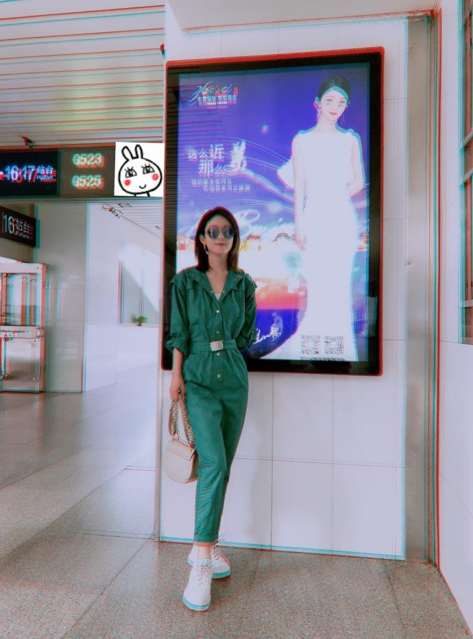 赵丽颖与自己的广告合影 自侃是无聊的人