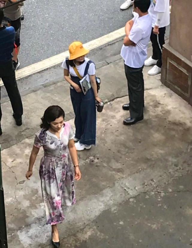 刘涛新戏路透照曝光 穿大花长裙侧颜柔美