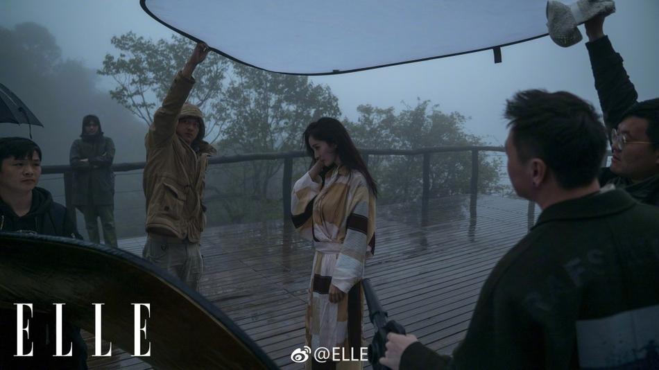 """杨幂冒雨森林中拍写真 被冻出""""鸡皮"""""""