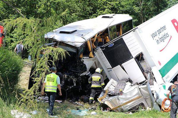 波兰一辆校车与大卡车相撞 伤亡暂不明