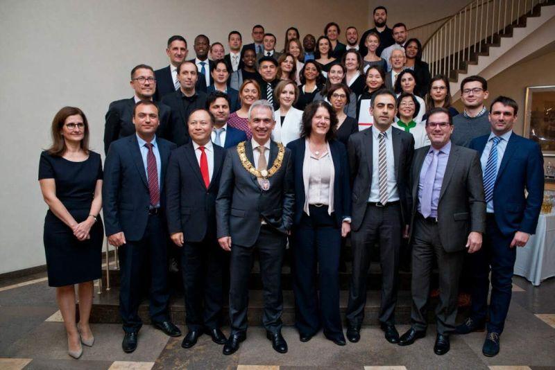 德国黑森州政府外裔杰出人士颁奖 德国华人参议员杨明提案获推广,默克尔总理祝贺