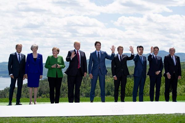 "G7峰会领导人拍摄全家福 默克尔""菱形""手势默默抢镜"