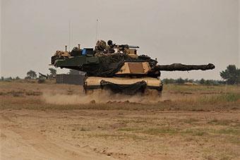 美军M1A2坦克装备最新主动防御装甲罕见亮相