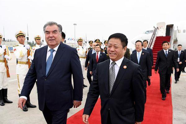 塔吉克斯坦总统拉赫蒙抵达青岛