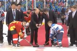 习近平与普京共同为中俄青少年冰球友谊赛开球