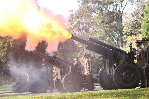 澳大利亚国防军鸣放21响礼炮 迎接英女王官方92大寿