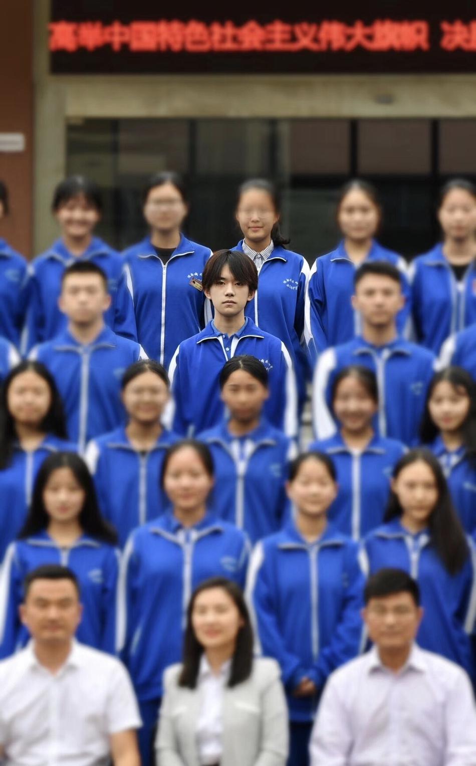 易烊千玺高中毕业照曝光 表情严肃一脸正气