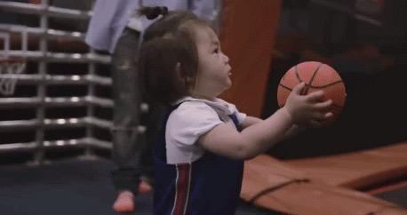 陈冠希秦舒培带女儿去NBA训练场打篮球