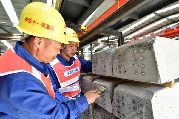西藏拉林铁路首根轨枕下线