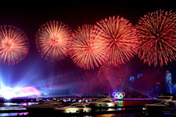 美!上海合作组织青岛峰会举行灯光焰火表演