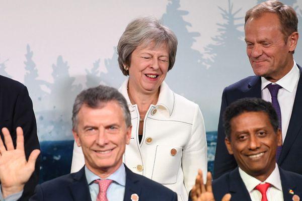 七国集团与会领导人拍合照 梅姨挤眉弄眼显可爱