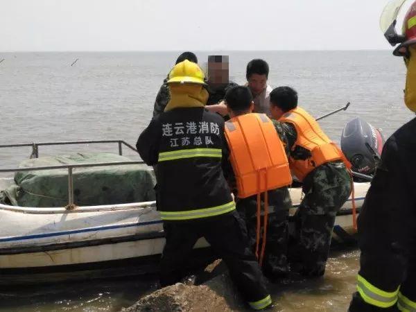 """男子落海被警察救起 感动之余称""""其实我是个逃"""