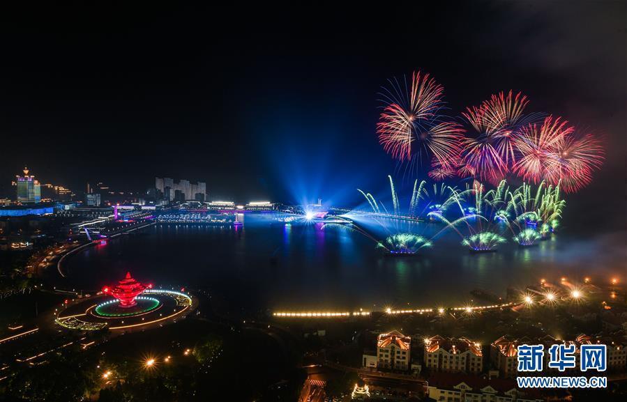 (上合青岛峰会·XHDW)(1)灯光焰火艺术表演在青岛举行