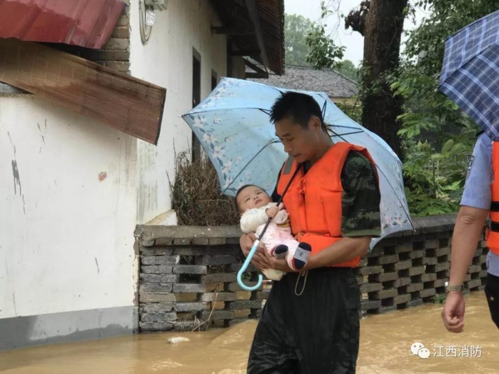"""江西吉安多地发生洪灾,婴儿为救援消防战士""""撑伞"""""""