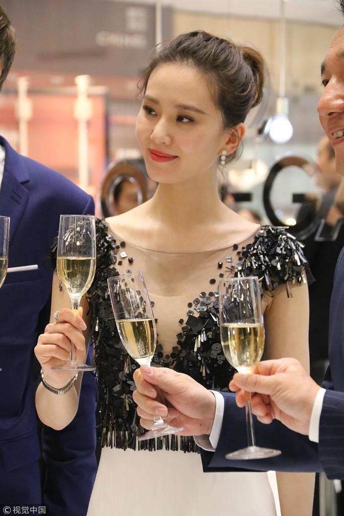 刘诗诗优雅亮相腕表展 与高层举杯小酌笑容迷人