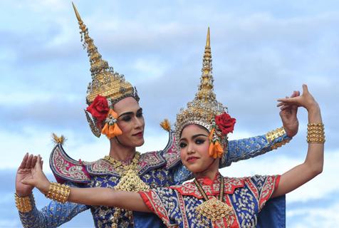 """感受纯正泰国""""民族风"""" 曼谷街头上演传统表演"""
