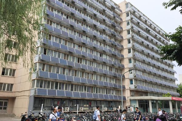 """北京交大一宿舍楼外墙""""爬满""""太阳能板"""