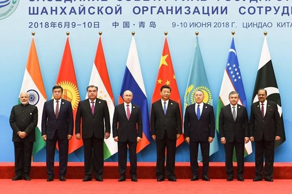 习近平迎接出席上合第十八次会议的各国领导人