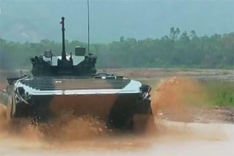 专挑台风天训练:装甲车被大雨淋到潜望镜看不清
