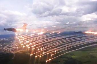 伊尔76运输机喷射干扰弹 天女散花就是这样吧!