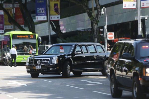 特朗普与李显龙会面并共进工作午餐后离开新加坡总统府
