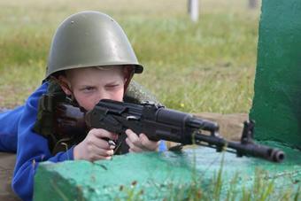 俄罗斯的少年军训 一点不比军人含糊