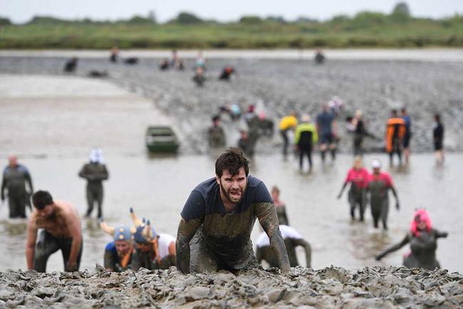 英慈善泥浆大赛火热上演 参与者或跑或爬乐享其中