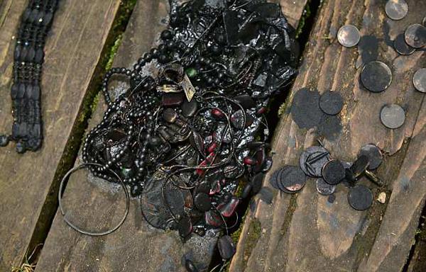 英男子用磁铁从湖中钓出失窃保险箱 装有珠宝军功章
