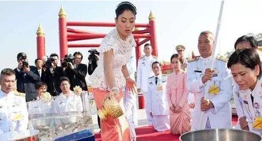 跟泰国公主合影要下跪?范冰冰给国人挣足脸面,不下跪还霸气撞衫