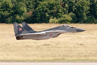 波兰空军米格-29战斗机超低空通场展示训练实力