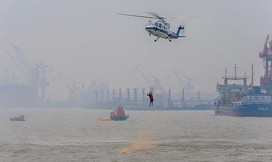 华东海空联合演练:客机坠海 直升机搜救艇出动