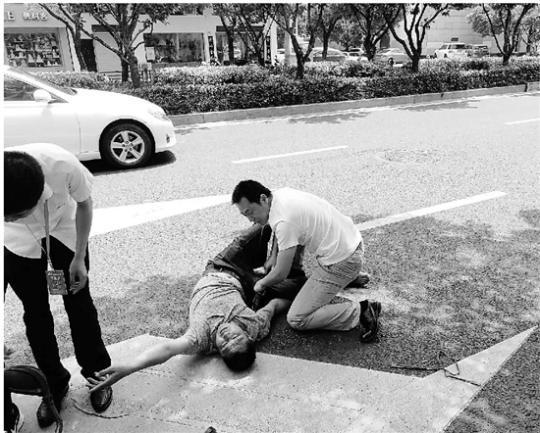 外卖小哥街头受伤,湖州师院老师紧急救人